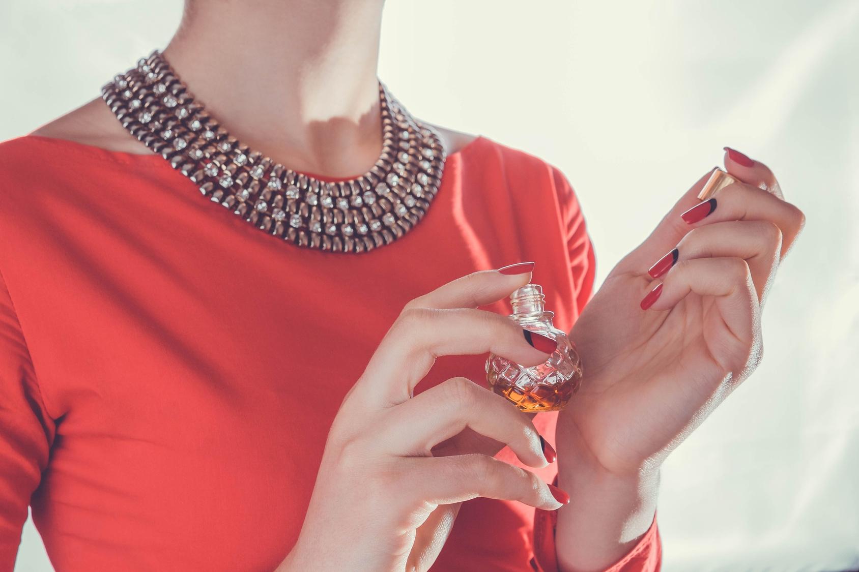 Aplikowanie perfum